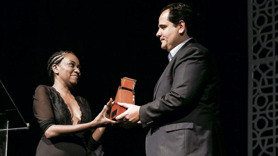 A criadora da Malalai recebe o prêmio das mãos de Eduardo Bernardes, vice-presidente da GOL