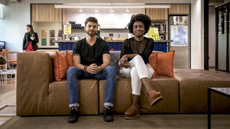 Priscila e seu sócio, Henrique Mendes, em um coworking em Belo Horizonte