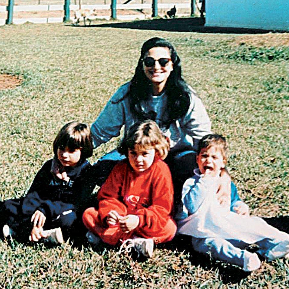 Andréia, à esq., com a mãe e irmãos, nos anos 90