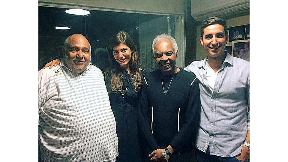 Andréia no seu aniversário de 30 anos, com Jorge Bastos Moreno, Gilberto Gil e Murilo Salviano, na laje do Moreno, no Rio