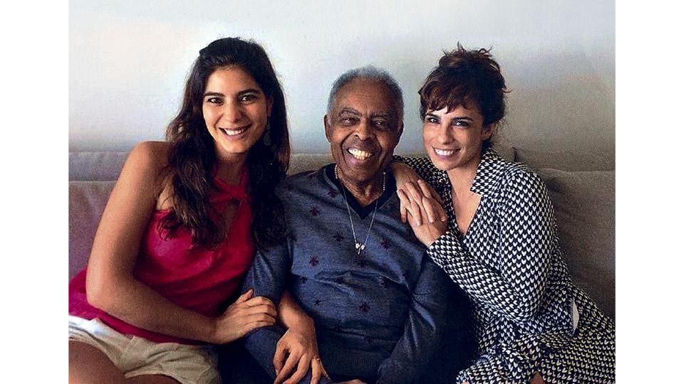 """A repórter com Gil e a amiga Maria Ribeiro, com quem ganhou uma música, """"Lia e Deia"""", do compositor, em parceria com Moreno"""