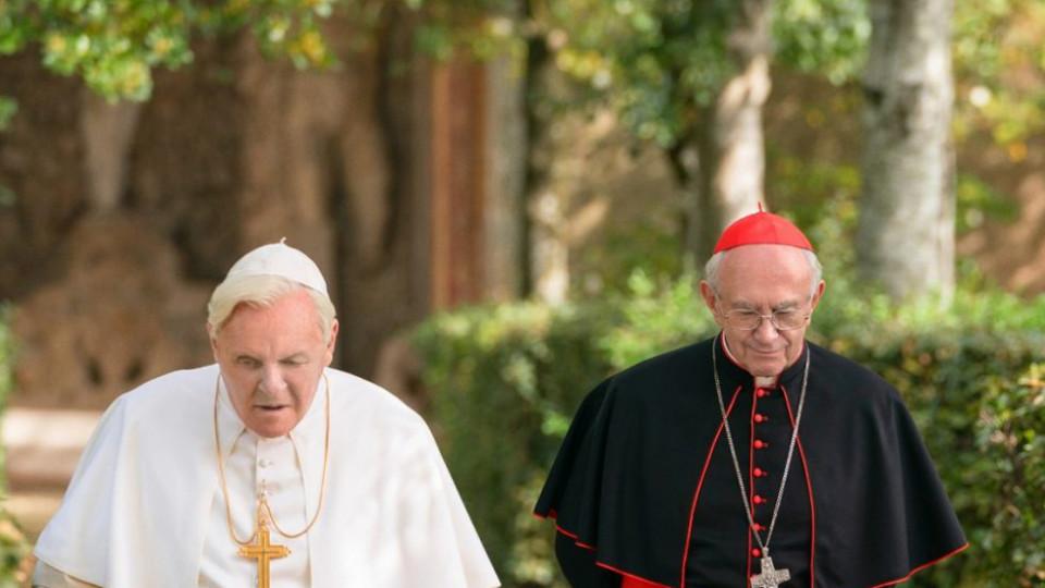 """Os icônicos Anthony Hopkins (à esq.) e Jonathan Pryce interpretam os papéis principais de """"Dois Papas"""", Bento XVI e papa Francisco, respectivamente"""