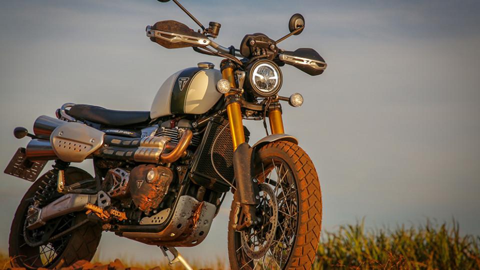 A suspensão Öhlins de mola dupla da nova Scrambler 1200 XE combina uma nova tecnologia com a inspiração dos recursos do motocross dos anos 70, com o objetivo de entregar alto desempenho e capacidade de longo curso ao conjunto.