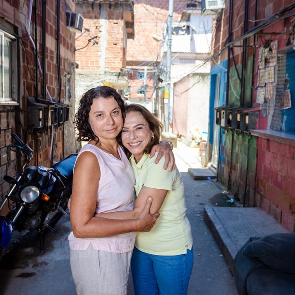 Yvonne Bezerra e Eliana Sousa Silva em encontro no conjunto de favelas da Maré, Rio de Janeiro