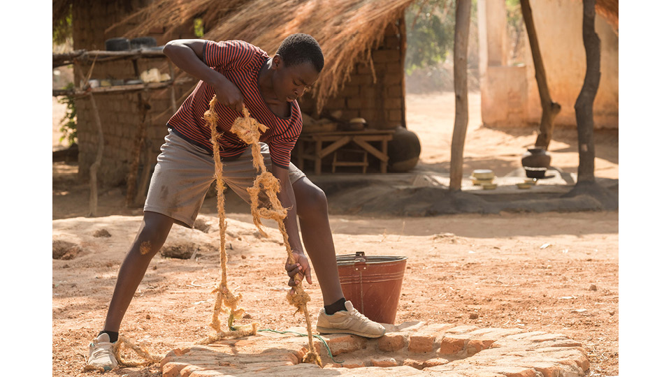 """O ator queniano Maxwell Simba interpreta William Kamkwamba em """"O menino que descobriu o vento"""""""