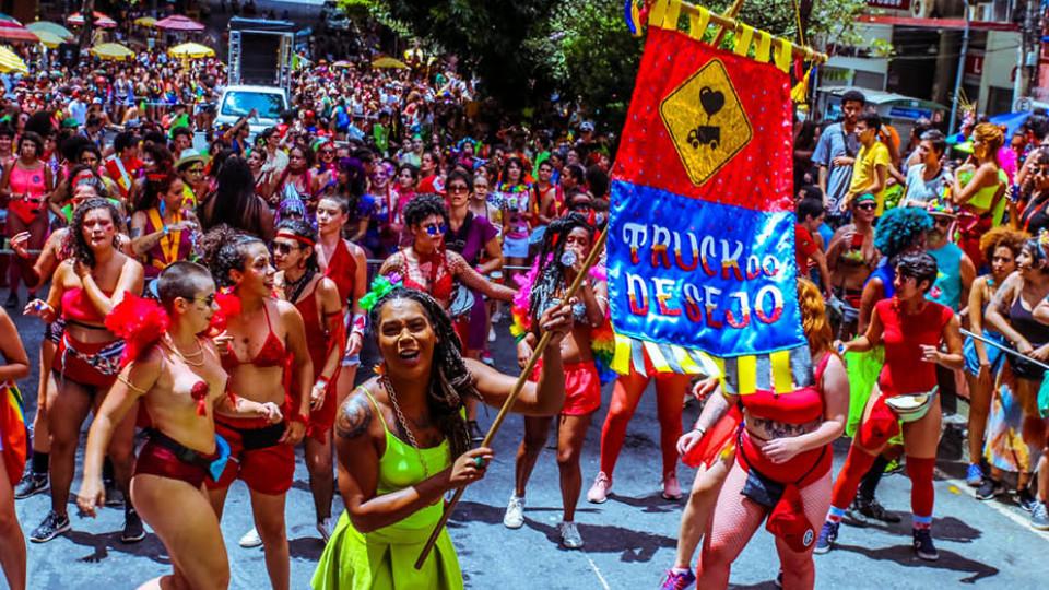 Folionas da Truck do Desejo desfilam pelas ruas do bairro Barro Preto, em Belo Horizonte
