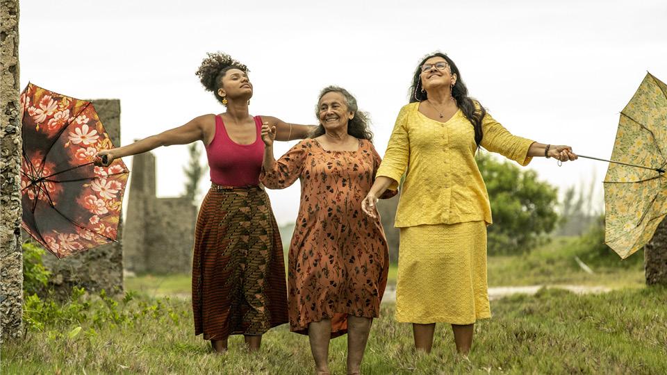 """Na novela """"Amor de Mãe"""", Jéssica Ellen com Regina Casé e Zezita Matos"""