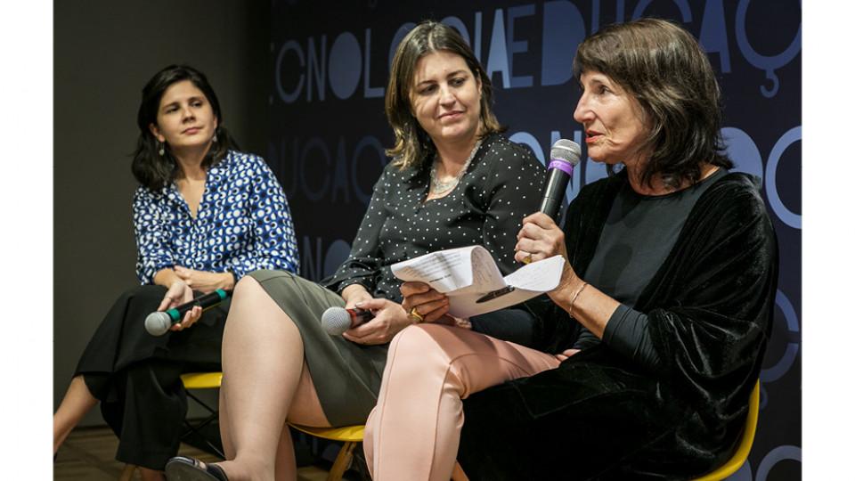 Juliana Nobre e Alcely Barroso, da IBM, conversam com a pesquisadora Dora Kaufman (à dir.)
