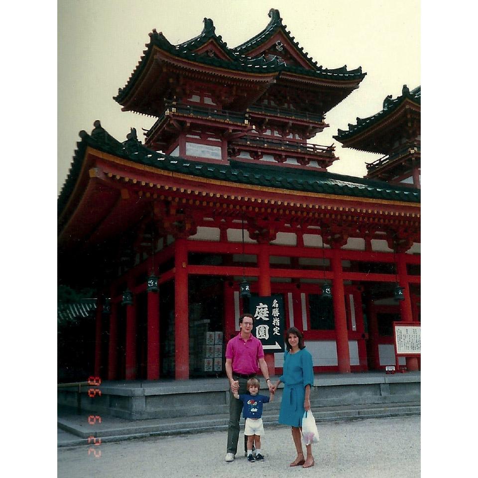 Com os pais, em santuários no Japão, nos anos 80