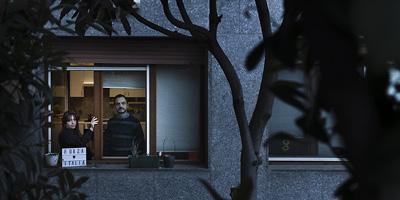 Brasileiro fotografa vizinhos na Itália em suas janelas