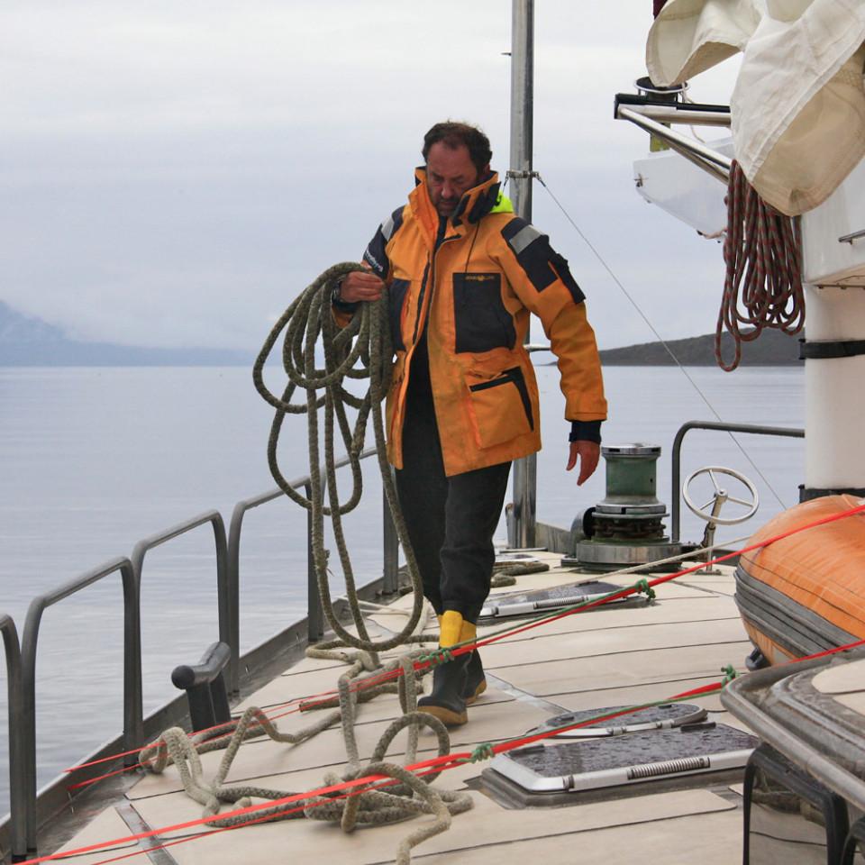 Amyr, em seu veleiro, na ilha Snow Hill (Antártica), em 2011