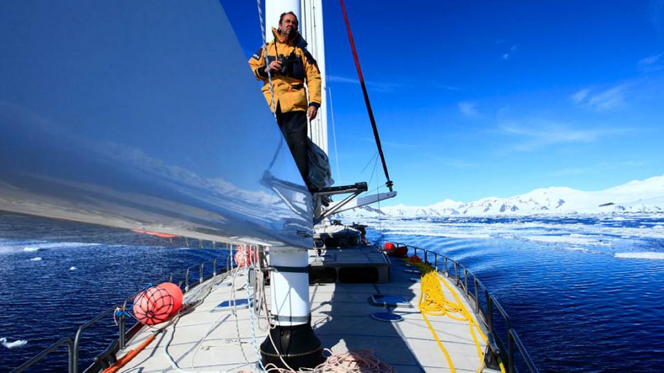 Velejando pela ilha Snow Hill (Antártica), em 2011
