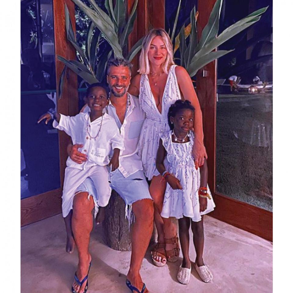 Giovanna com o marido, Bruno Gagliasso, e os filhos, Bless e Titi, que foram adotados no Maláui