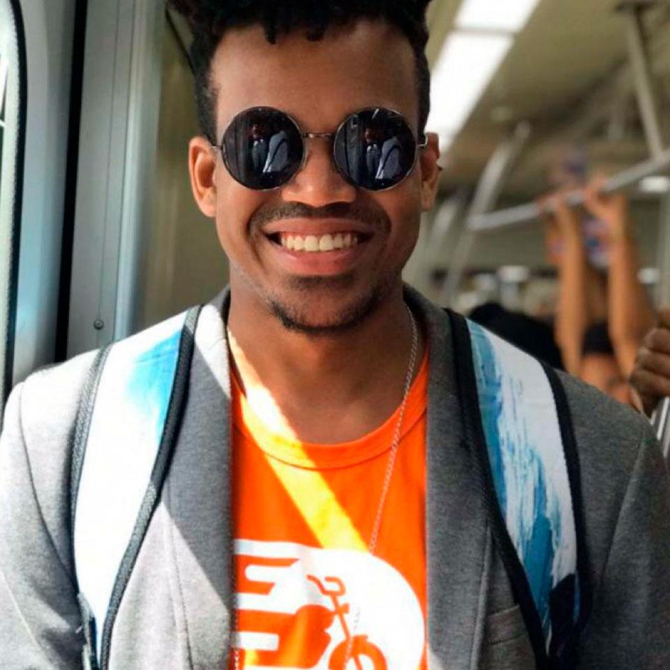 Iago Santos está usando o trabalho de sua startup de delivery TrazFavela para ajudar comerciantes no bairro São Caetano, em Salvador