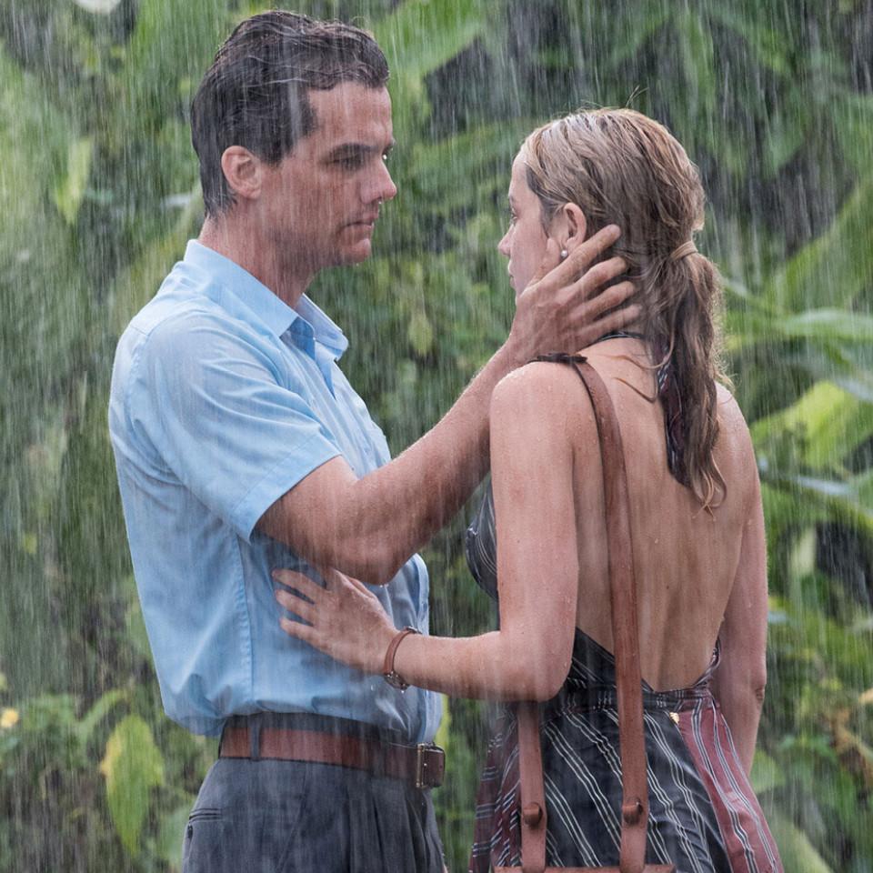 O ator em cena com a atriz Ana de Armas, que interpreta a economista argentina Carolina Larriera no filme