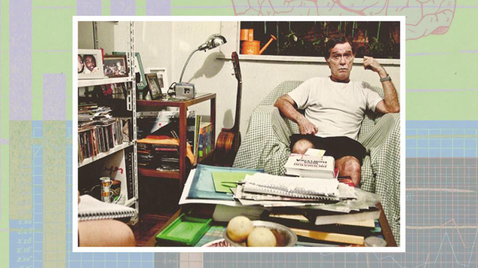 """Jorge Mautner em sua casa: """"Sinto medo, sim. Mas o medo me fascina, o transformo em curiosidade. Tudo é absurdo"""""""
