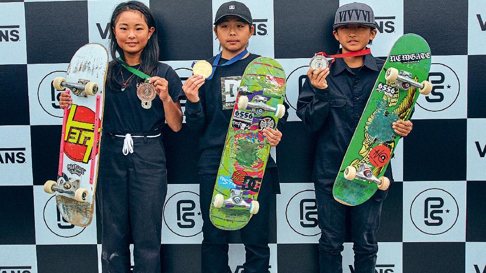 Promessa do park, Misugu Okamoto, 13 anos, faz manobras que nenhuma garota executava. A skatista exibe medalha de ouro (ao centro) em campeonato asiático (2019)