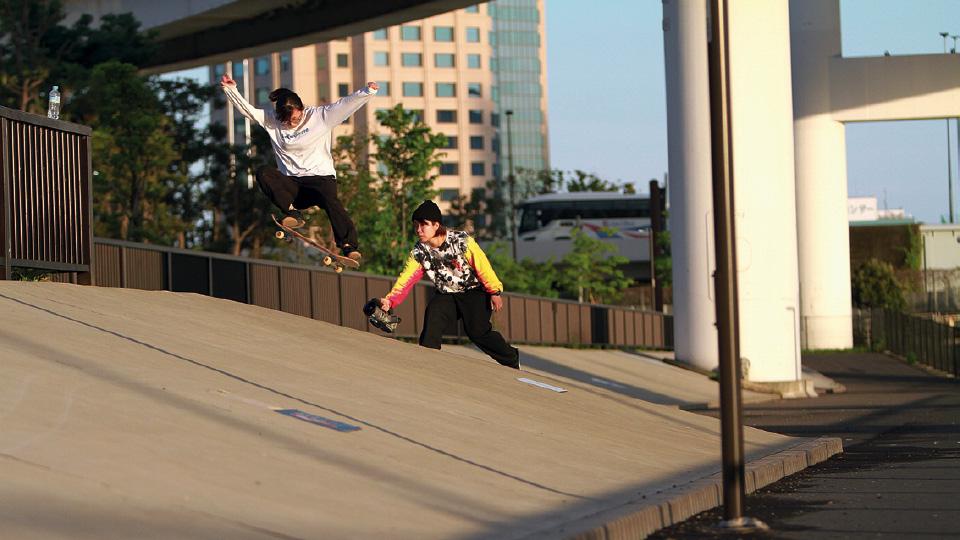 Em ação: Yuri Murai (à dir.), que vem registrando há oito anos a cena feminina nas ruas do Japão, em Tóquio