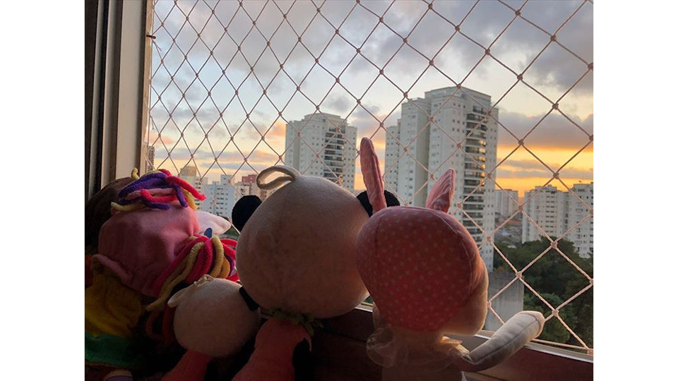 Em São Paulo, bonecas enfileiradas por uma criança com autismo observam a vista da cidade