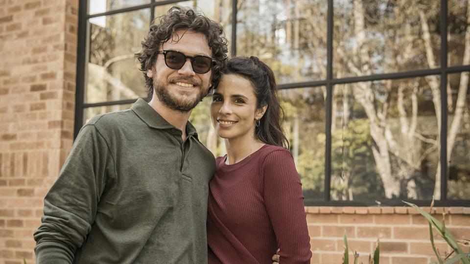 Paulo ( Emílio Dantas ) e Renata ( Maria Ribeiro ) na série Todas as mulheres do mundo