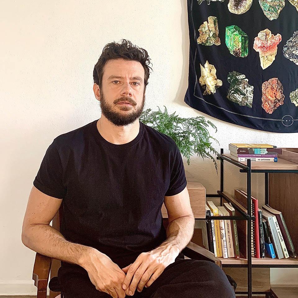 Lucas Liedke, psicanalista, reflete como a quarentena pode influenciar em temas como hiperconexão, relacionamentos, negacionismo científico e luto