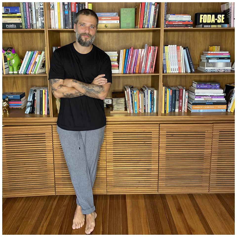 Bruno Gagliasso fotografado pela esposa, Giovanna Ewbank, na casa em que vivem