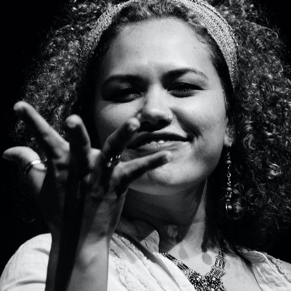 Nina Rizzi no Pretarau - Sarau das Pretas, coletivo de mulheres negras poetas e slammers que surgiu em 2019