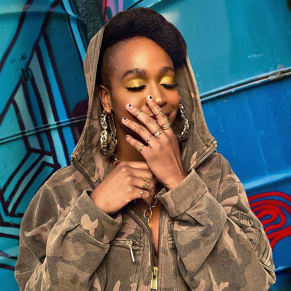A cantora Karol Conka fala que foi muito julgada por ser uma menina preta, da periferia, rapper e mãe solteira