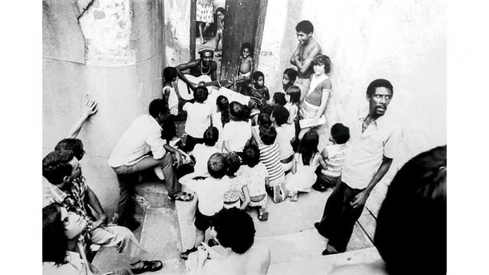 Cantando para crianças em um morro carioca