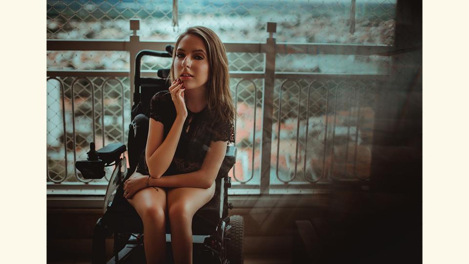 Para a estudante de jornalismo Ana Clara Moniz, cadeirante devido a uma doença rara chamada Atrofia Muscular Espinhal, o capacitismo está em coisas que nem imaginamos
