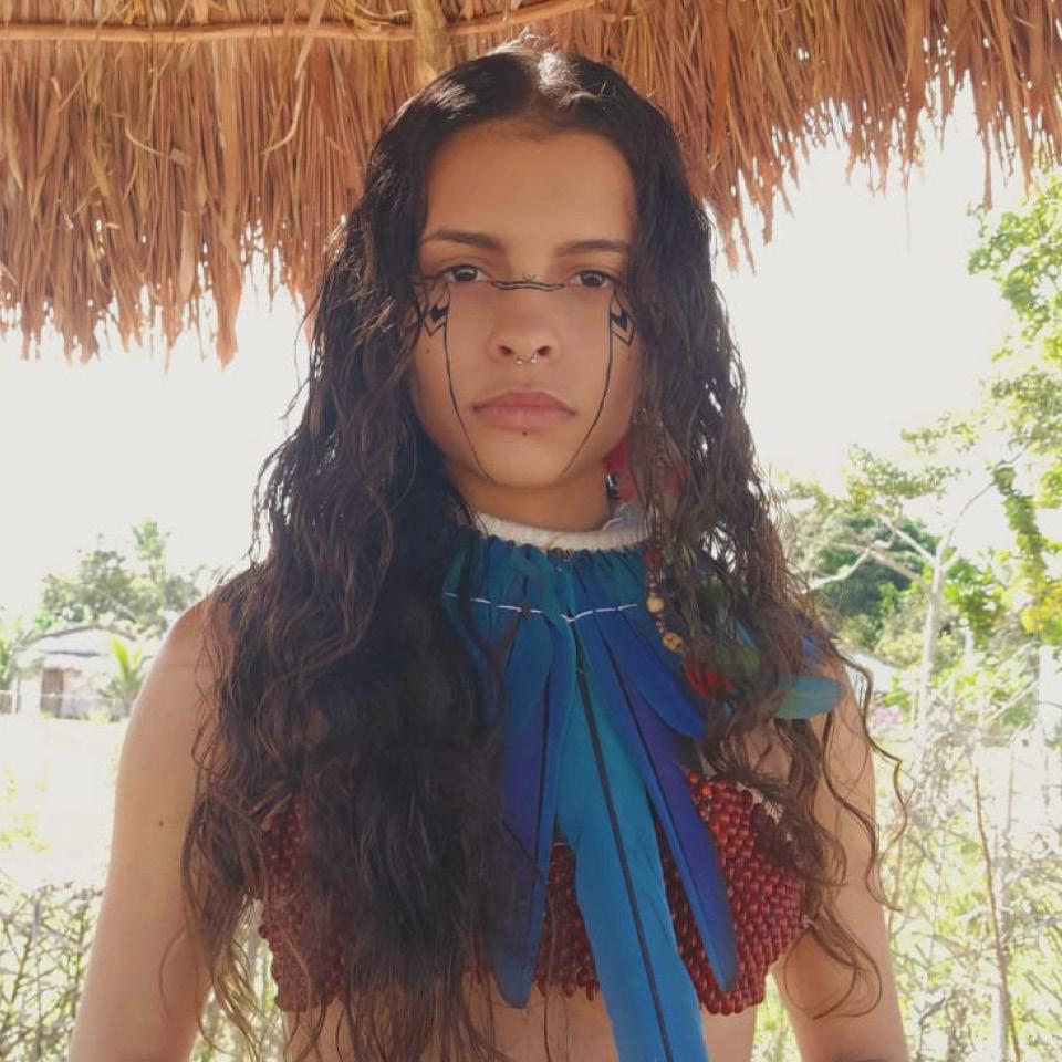 Alice Pataxó é dona do canal do YouTube Nuhé, em que fala da história de seu povo e da romantização dos indígenas