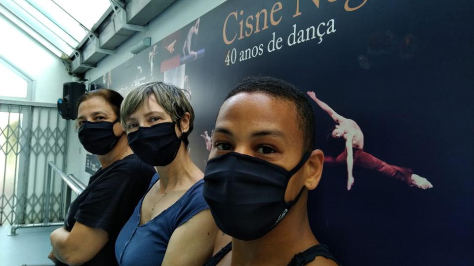 Patricia Alquezar, assistente de direção e ensaiadora, Dany Bittencourt, diretora e coreógrafa, e Felipe Silva, bailarino da Cisne Negro Cia de Dança, em São Paulo: com a reabertura gradual, a verba é repartida entre todos