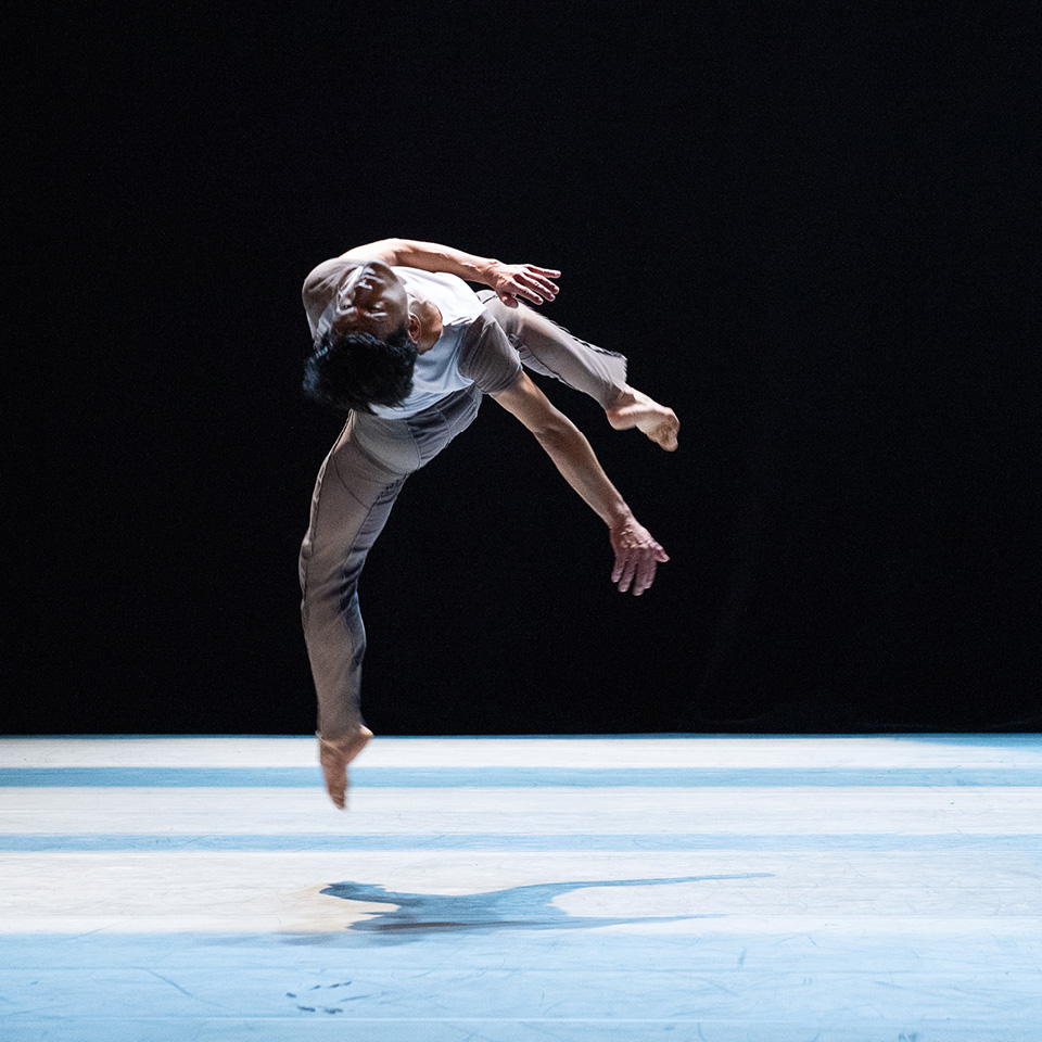 O bailarino Yooshi Suzuki se apresenta no espetáculo Só Tinha de Ser com Você, da São Paulo Companhia de Dança