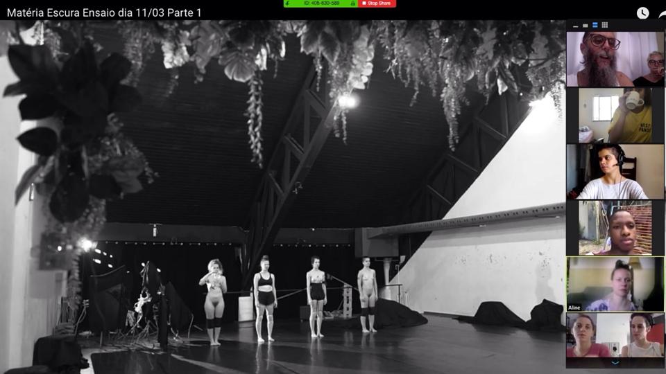 O grupo Cena 11, de Florianópolis, durante ensaio de Matéria Escura