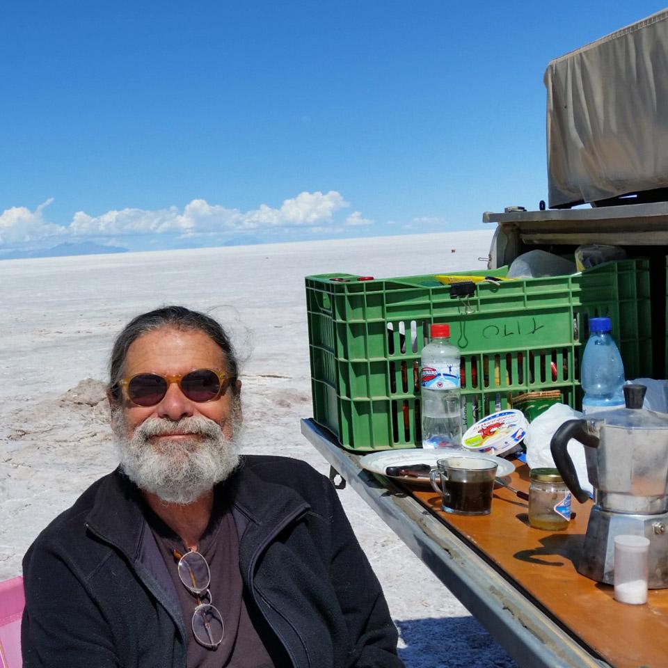 Tito Rosemberg posa no meio do Salar de Uyuni, na Bolívia, na viagem que fez em 2011