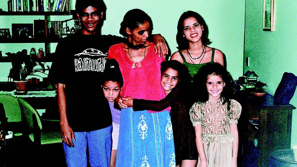 Marina Silva com os quatro filhos: Danilo, Moara, Mayara e Shalon (a menina à direita é amiga da filha)