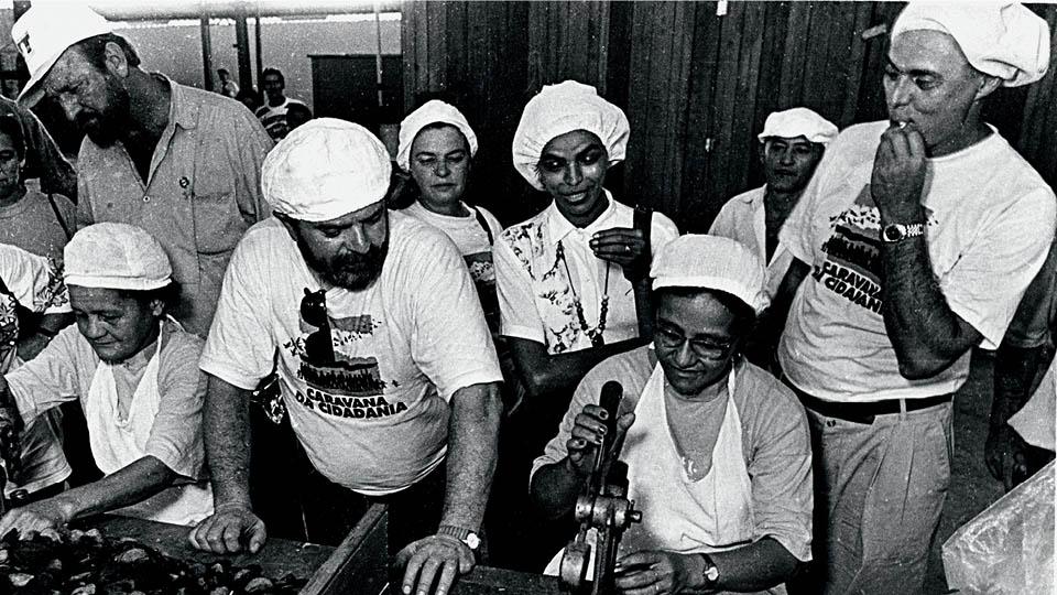 Marina Silva em campanha para o Senado, em 1994, em uma fábrica de castanhas com Lula e Eduardo Suplicy