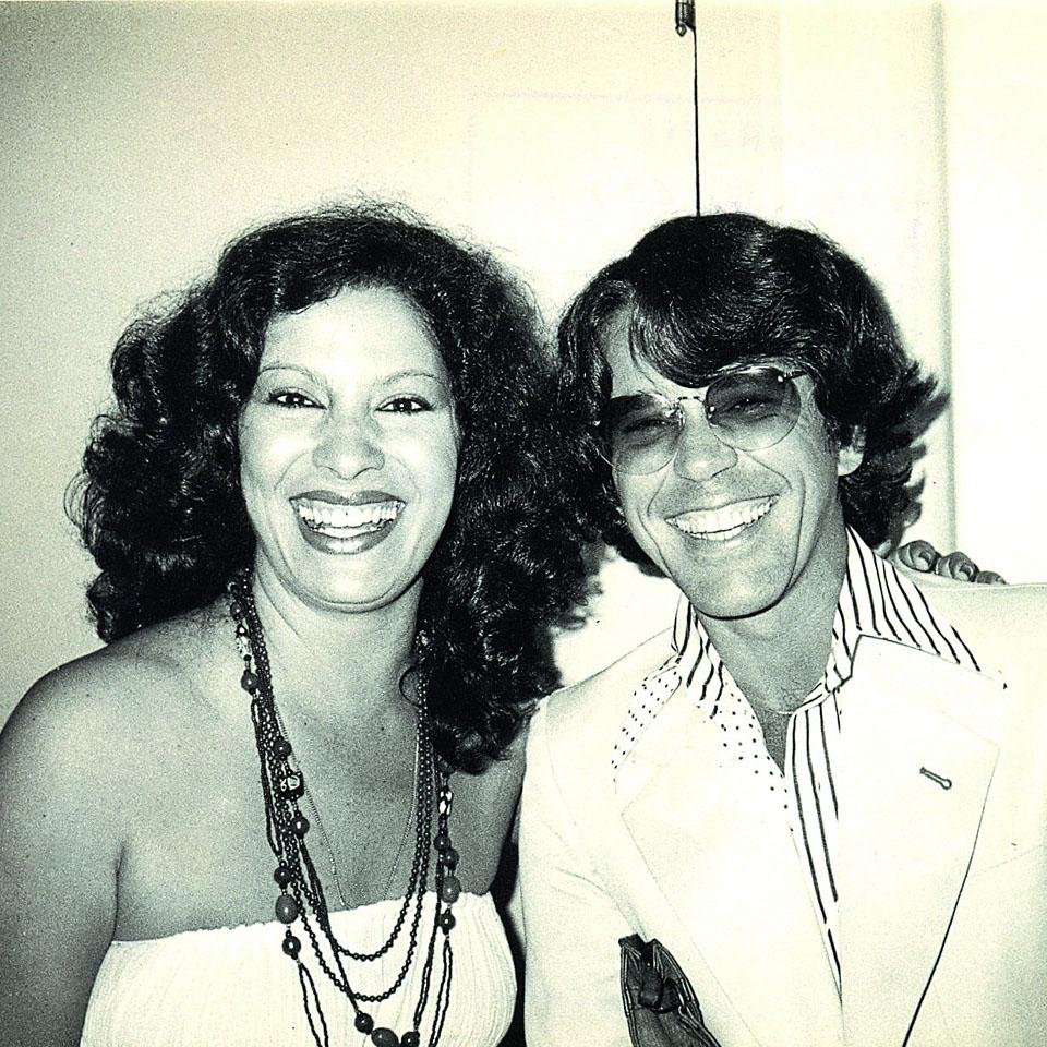 Nelson Motta, jornalista, compositor e escritor, com a cantora Clara Nunes
