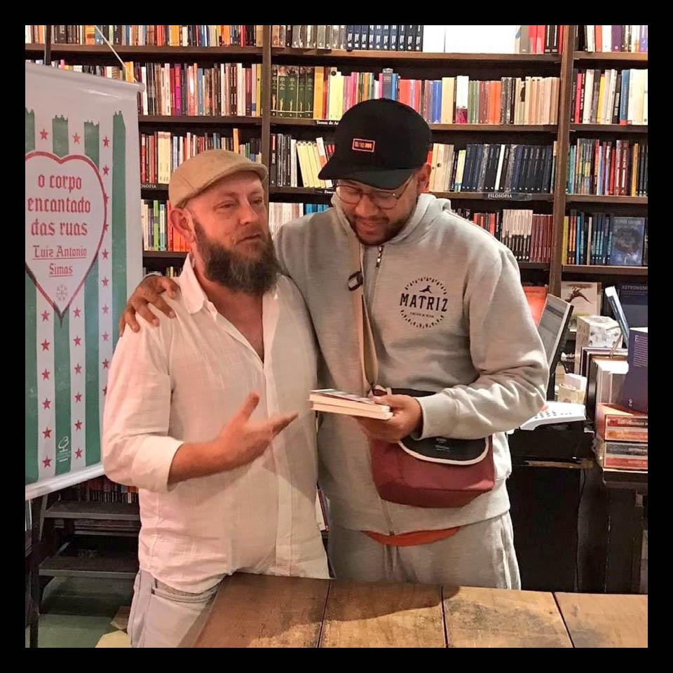 O escritor Luiz Antônio Simas com o rapper Emicida