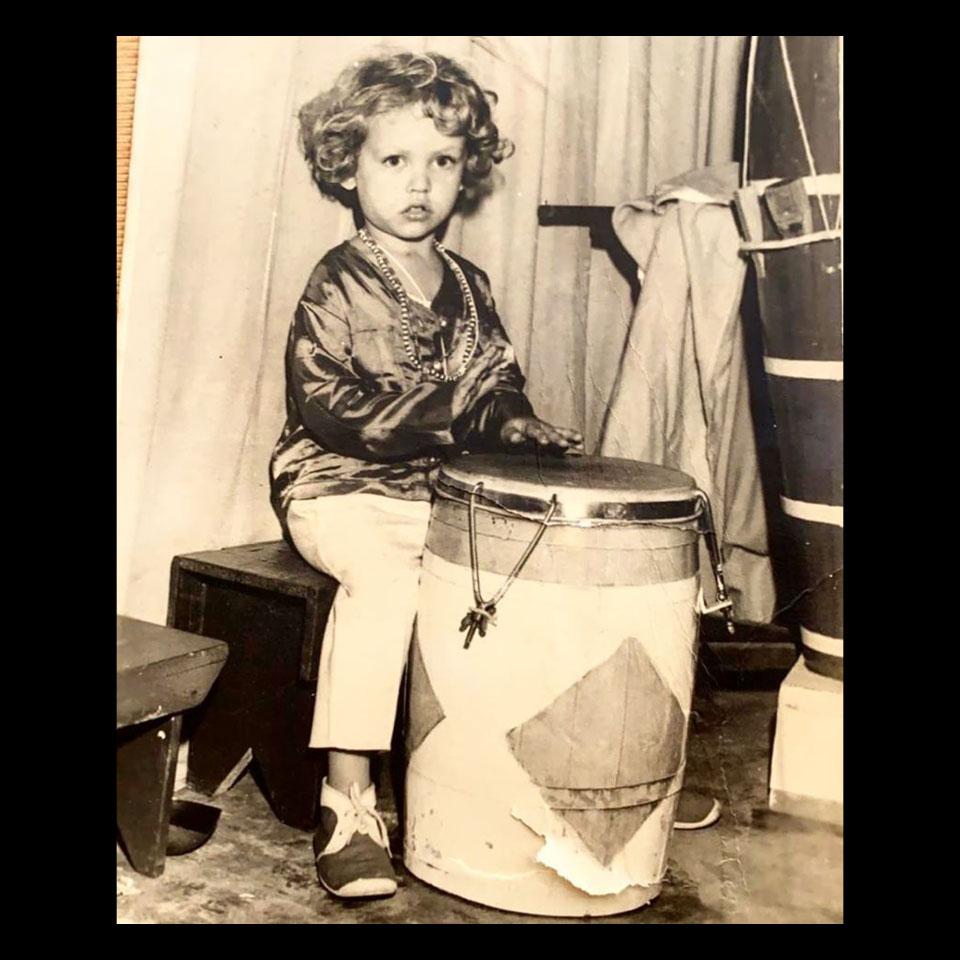 O pequeno Luiz Antônio Simas tocando tambor