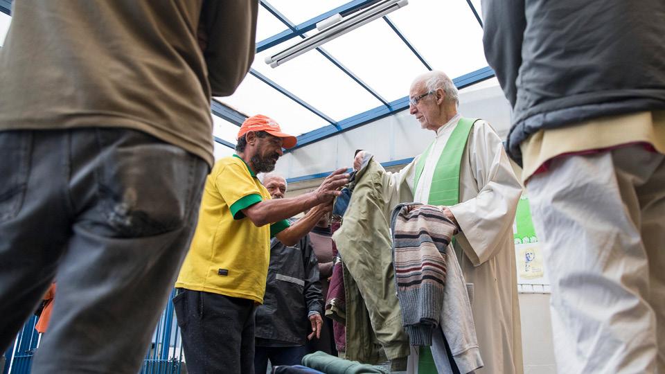 Embora seja do grupo de risco da COVID-19, Padre Júlio Lancellotti,prestes a completar 72 anos, tem enfrentado a pandemia na linha de frente