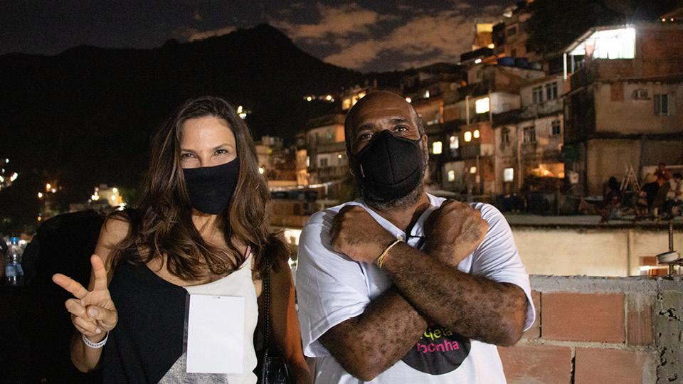 Mariana Marinho e Maurício Soca na laje do Projeta Rocinha