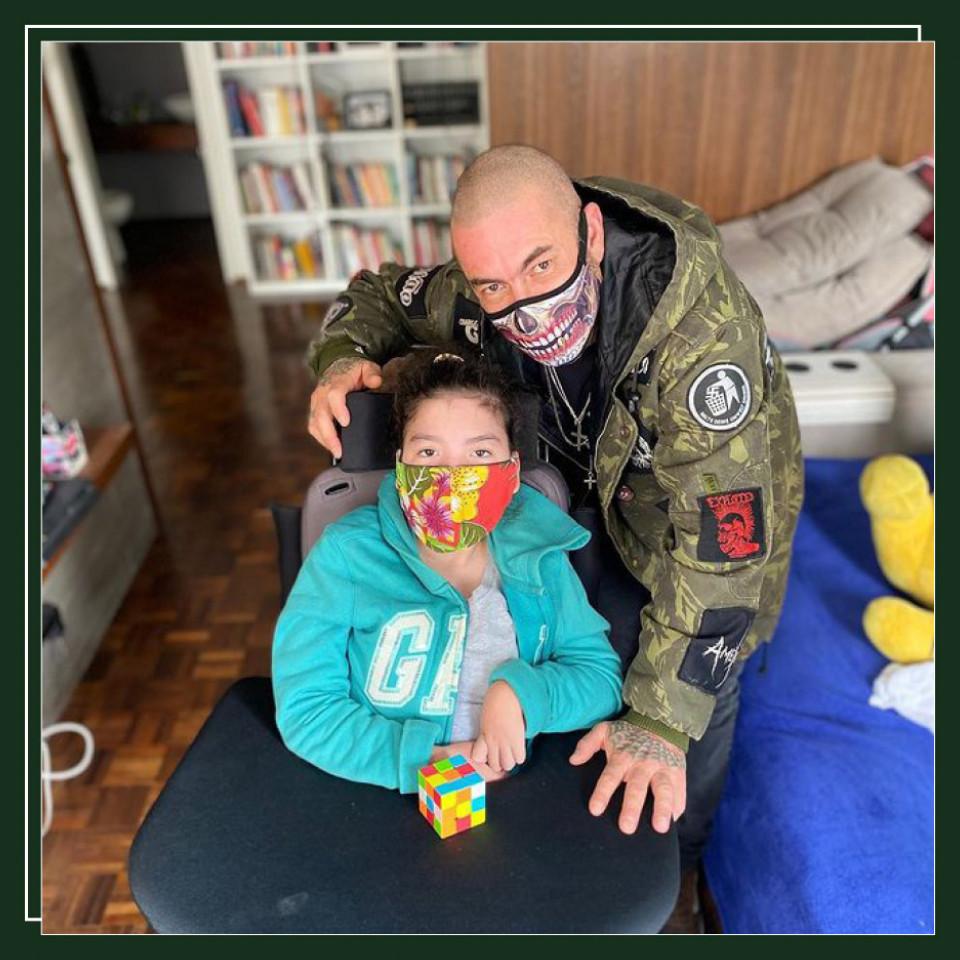"""""""O canabidiol está trazendo a percepção do mundo para minha filha"""", diz o chef Henrique Fogaça, pai de Olívia, de 13 anos"""