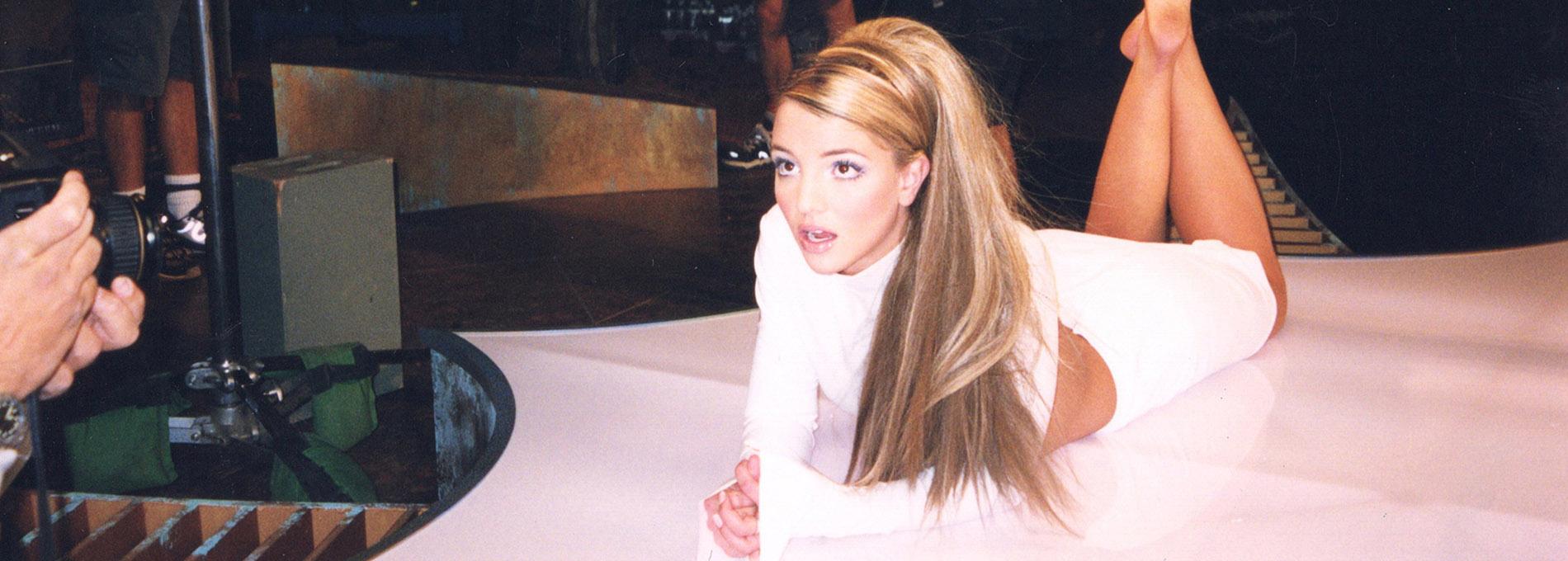 Britney Spears deitada e produzida posando para o fotógrafo