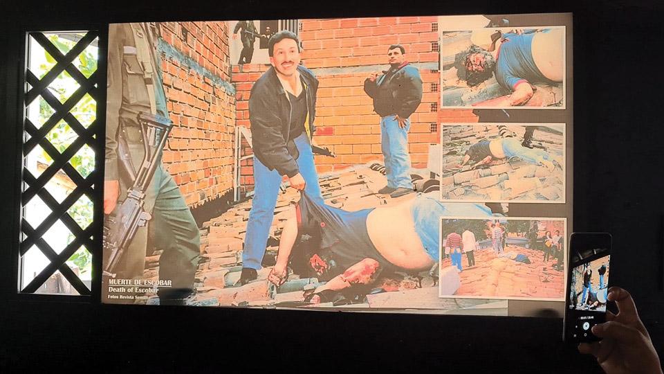 A captura e morte de Escobar, em 1993, é retratada no museu de forma bastante explícita. Uma foto bem grande mostra o narcotraficante ensanguentado, caído em cima do telhado cercado por policiais sorridentes