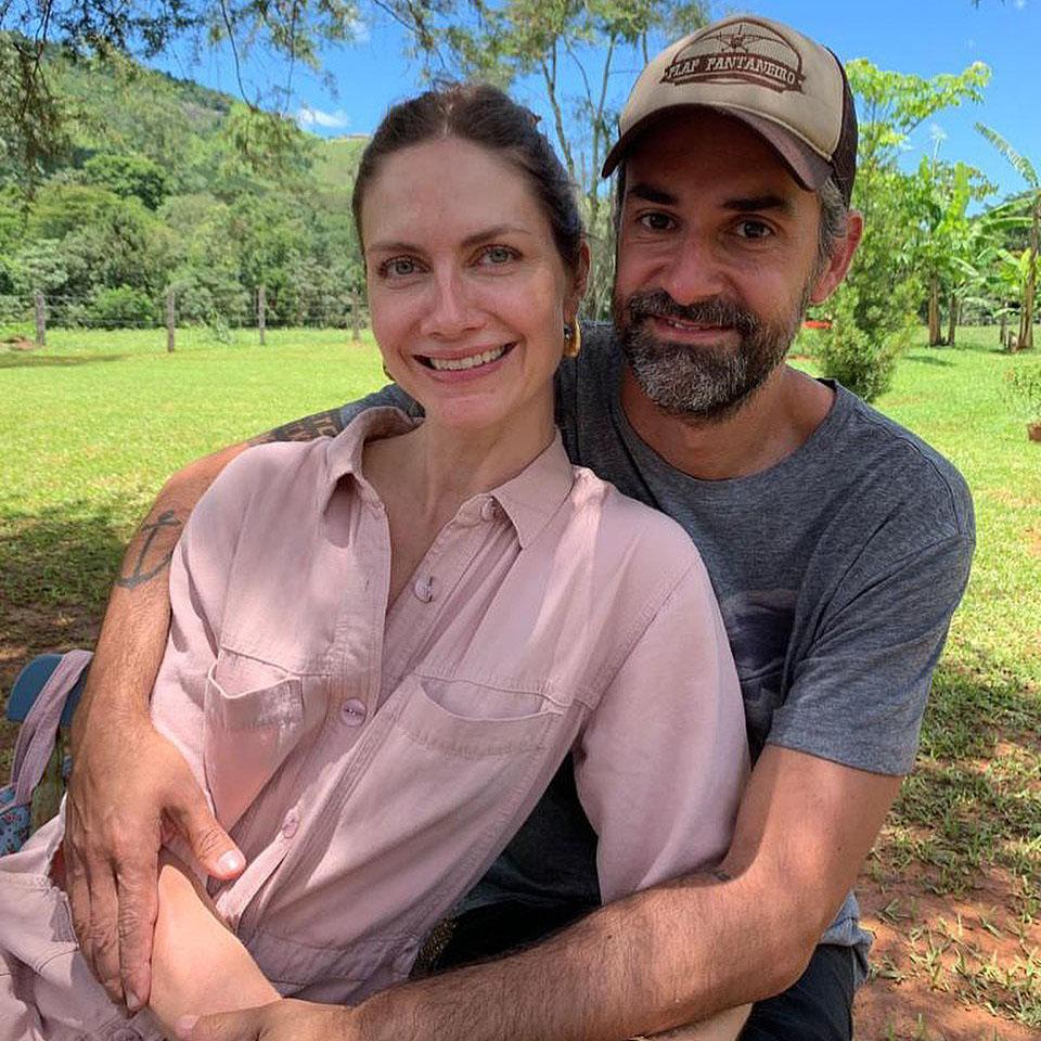 Augusto de Arruda Botelho Esposa Ana Claudia Michels Sentados Abraçados Area Verde Grama