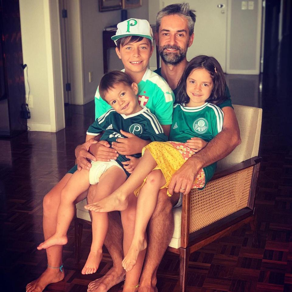 augusto de arruda botelho filhos sentados em casa camiseta time futebol palmeiras