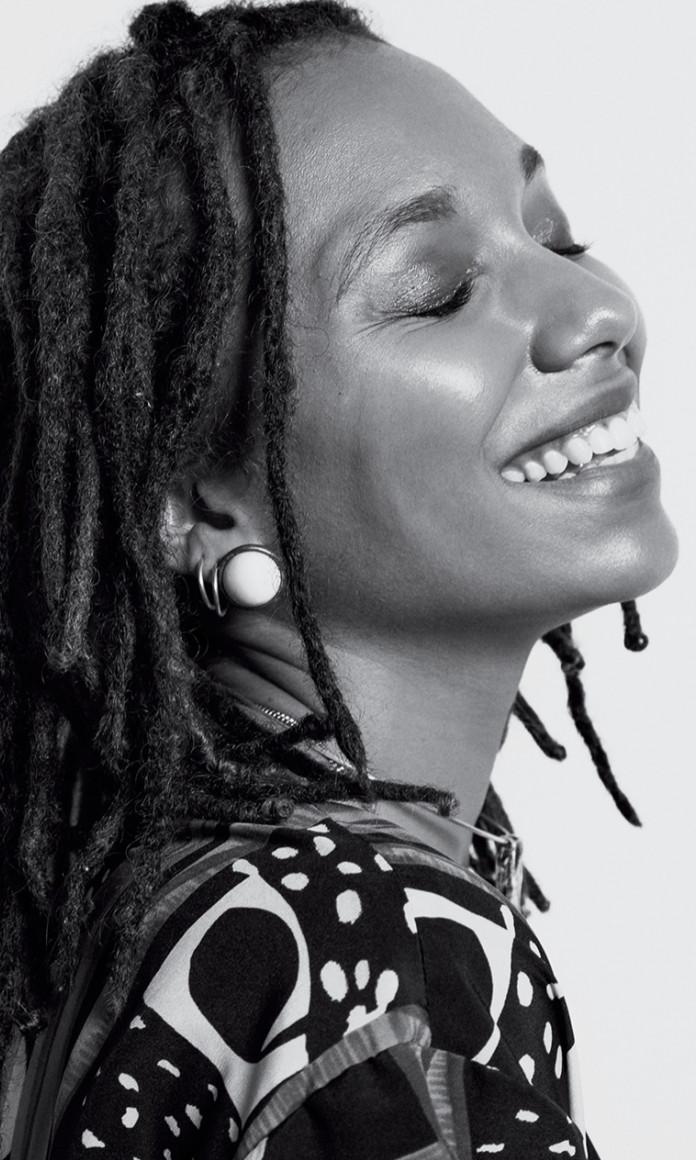 Numa foto em preto e branco, a influencer Nataly Neri mostra seus cabelos trançados