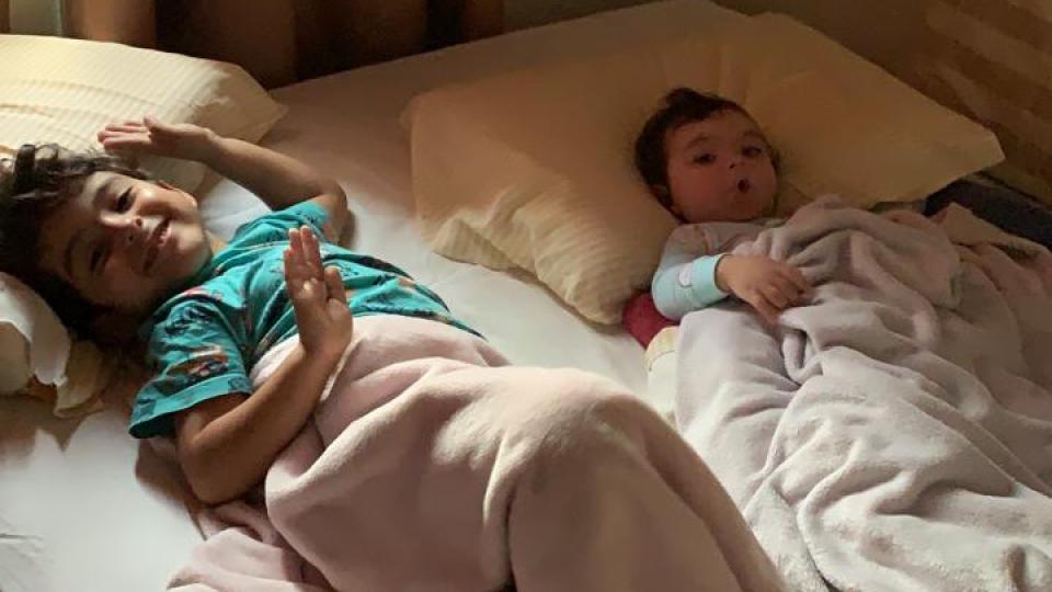 Liz Francisco deitados acordando cama