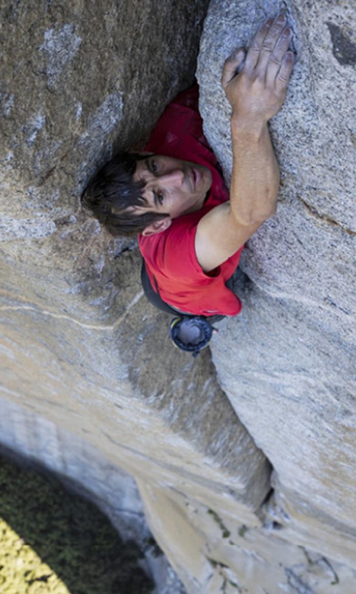 O alpinista Alex Honnold sobe o paredão El Capitan sem equipamentos no documentário Free Solo